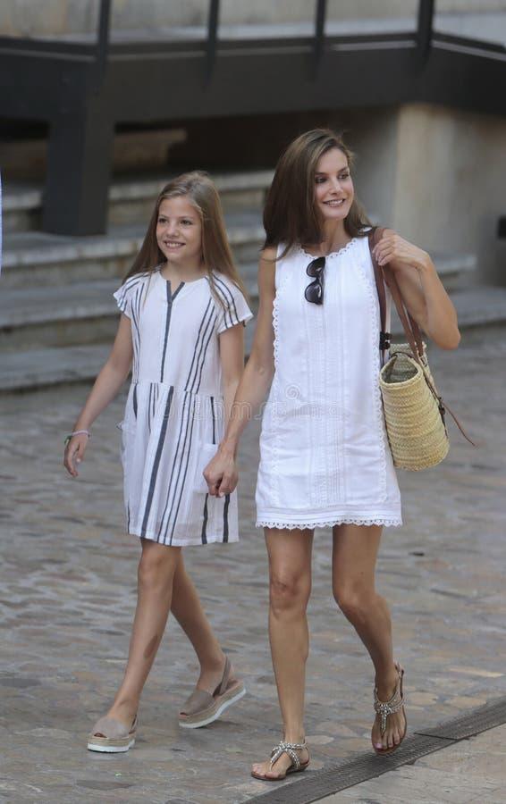Königliche Königin Letizia und Prinzessin Sofia Spaniens an Soller-Dorf während ihrer Sommerferien lizenzfreie stockfotografie