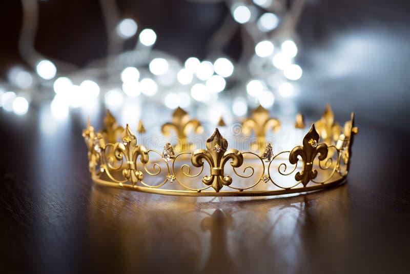 Königliche Krone, Diadem Reichtumssymbol der Energie und des Erfolgs Weihnachten, neues Jahr lizenzfreies stockfoto