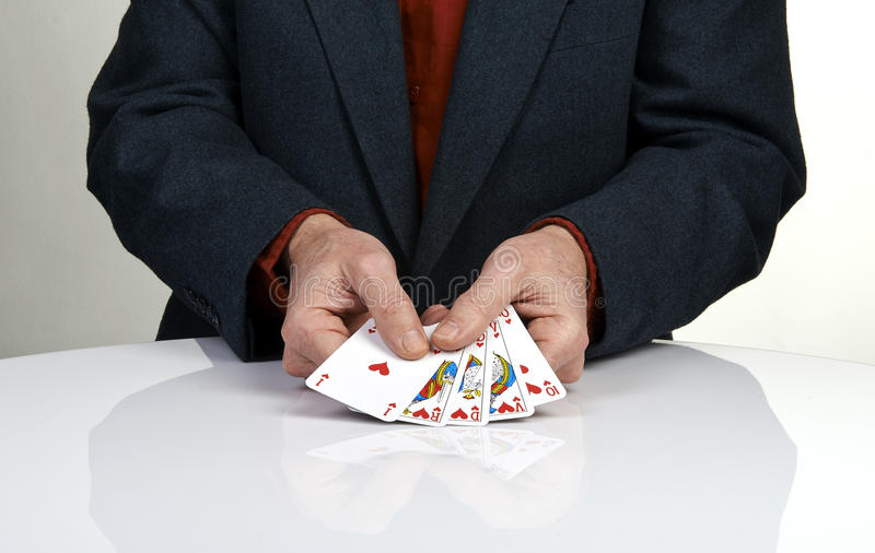 Königliche Spielkarte-Pokerhand des geraden Errötens in den Herzen stockfotografie