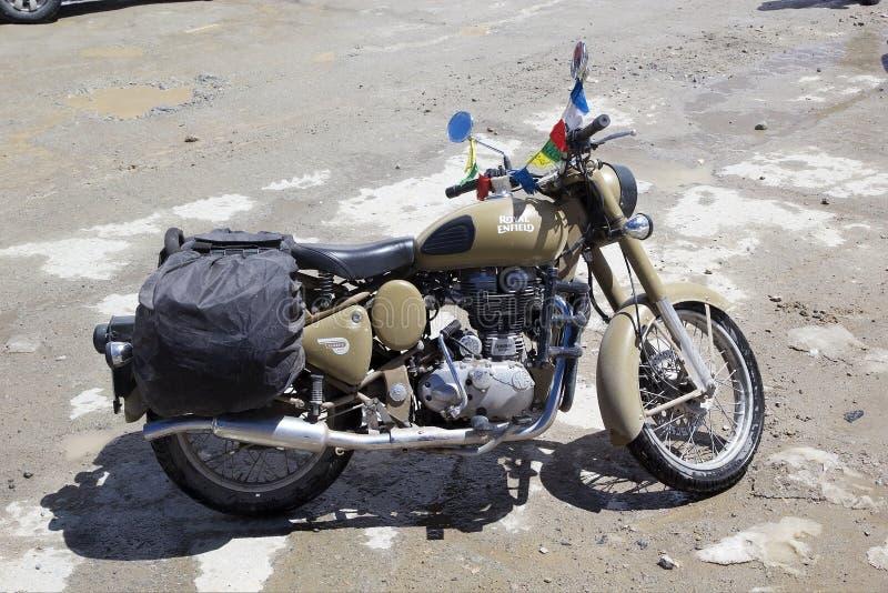 Königlicher Enfield am Khardungs-Durchlauf, Ladakh, Indien lizenzfreie stockfotografie