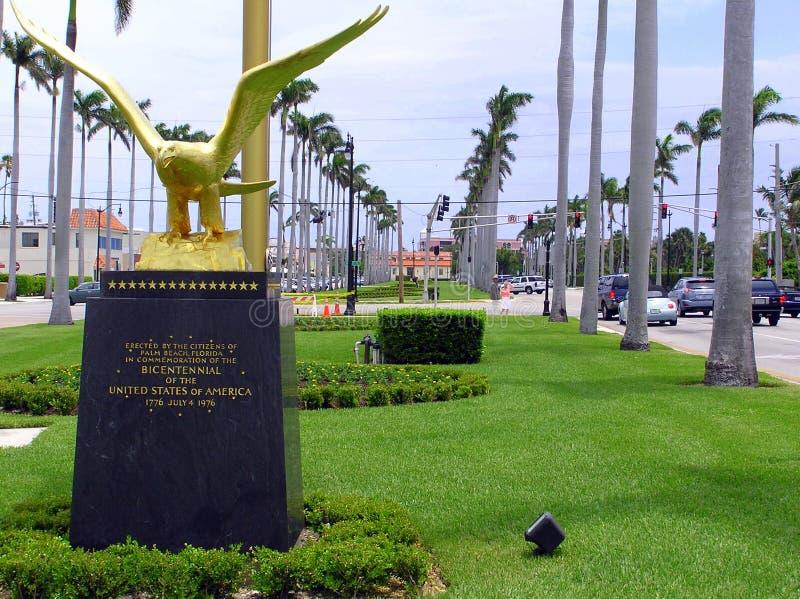 Königlicher Poinciana-Weiseneingang zur Stadt des Palm Beach, Florida stockfoto