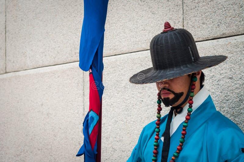 Königlicher Schutz an Gyeongbokgungs-Palast lizenzfreie stockfotos