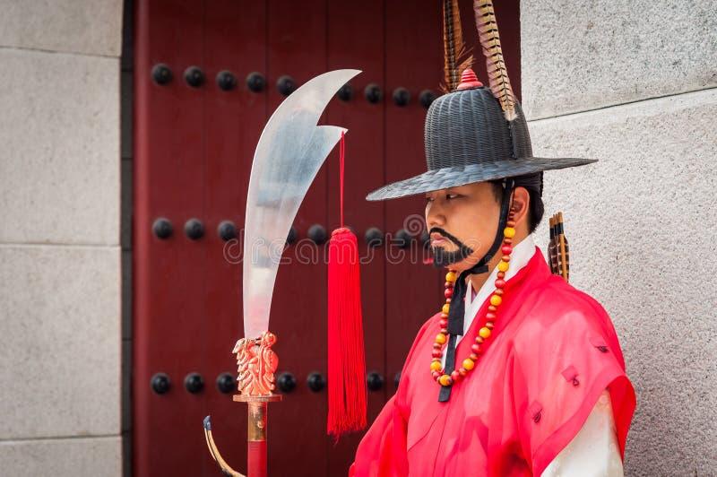 Königlicher Schutz an Gyeongbokgungs-Palast stockfoto