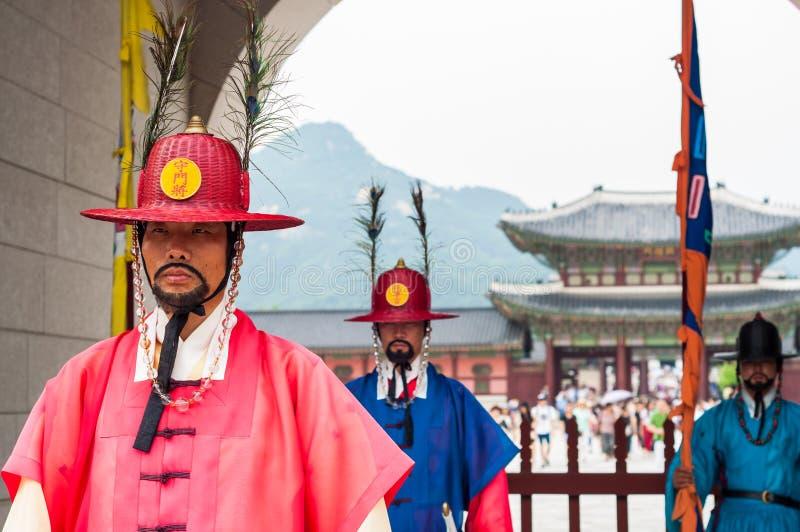 Königlicher Schutz an Gyeongbokgungs-Palast stockfotos