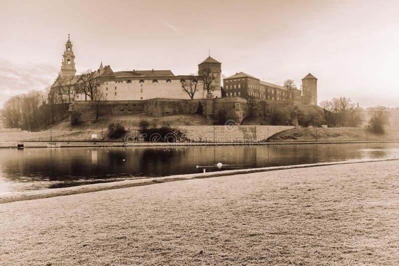 Königliches mittelalterliches Schloss Wawel, Weichsel, Retro-, Krakau, Polen stockfotografie
