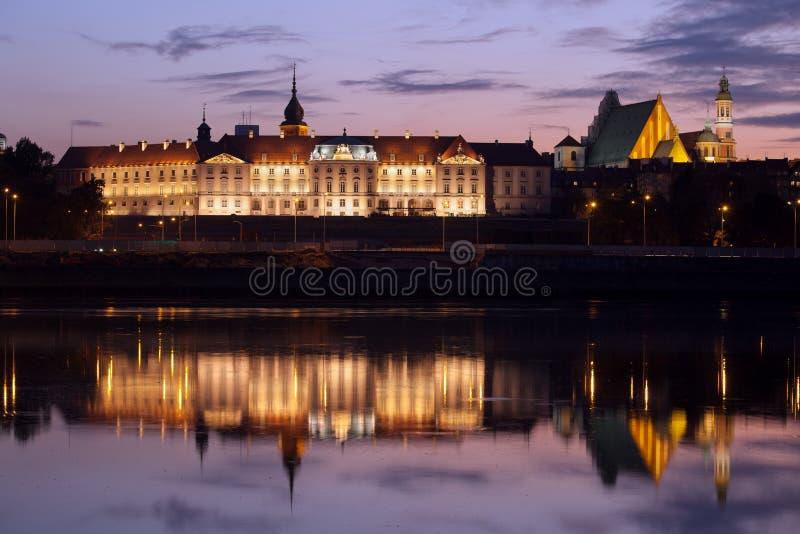 Königliches Schloss und Weichsel in der Dämmerung in Warschau lizenzfreies stockbild