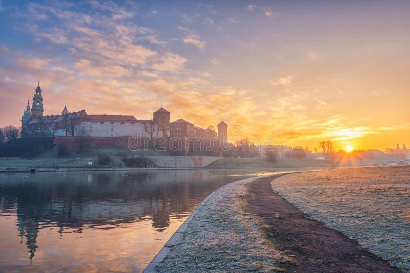 Königliches Schloss Wawel, Krakau bei Sonnenaufgang, Reflexion, Weichsel, Polen stockfoto