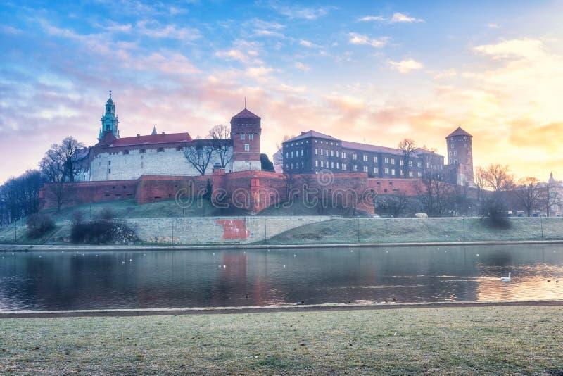 Königliches Schloss Wawel in Krakau, Sonnenaufgang mit drastischem Himmel, Polen stockbild