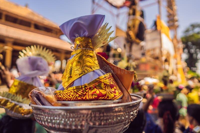 Königliches Verbrennungszeremonie prepation Balinese hindus Religionsprozession Bieten und Lembu-Schwarz-Stier-Symbol von lizenzfreie stockfotografie