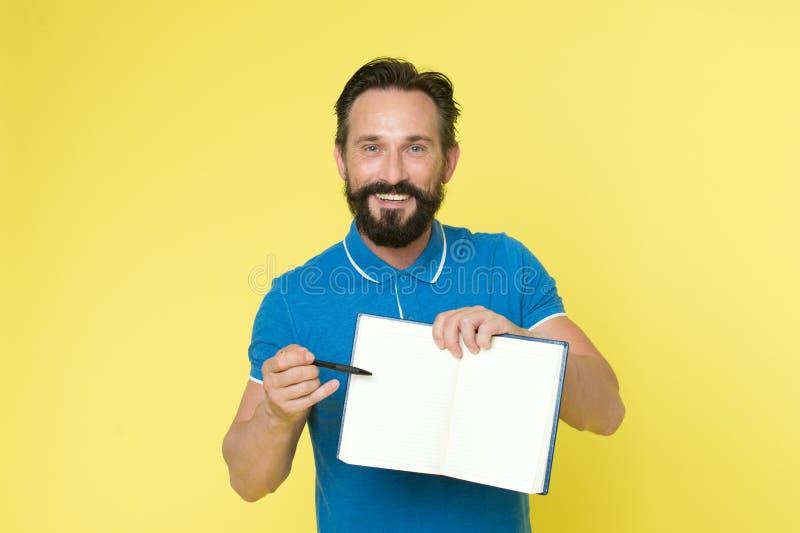 Können Sie hier unterzeichnen, bitte Zeitführungsqualitäten Mannplanungszeitplan-Griffnotizblock Glückliches Lächeln des bärtigen stockbilder
