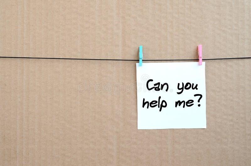 Können Sie mir helfen? Anmerkung wird auf einen weißen Aufkleber geschrieben, der w hängt stockbilder