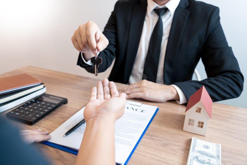 Köp- eller försäljningsfastighetbegrepp, avtal för husköp för erbjudande för Sale representant som köper ett hus eller en lägenhe arkivfoto