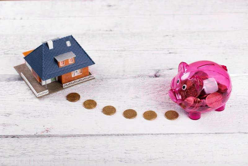Köp ett hus, hem- besparingar eller ett fastighetsinvesteringbegrepp arkivfoton