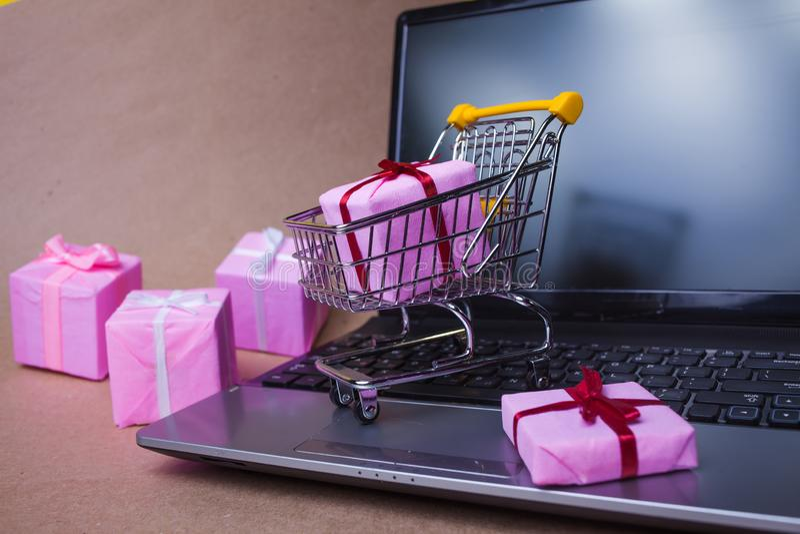 Köp gåvor på Internet Handel online, försäljning och e-handel arkivfoton