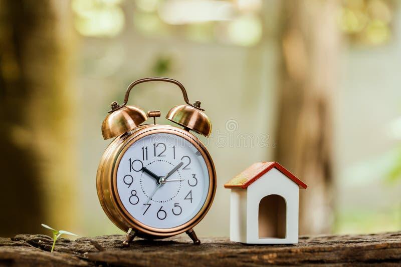 Köp huset eller att sälja för begrepp för fastighetegenskapsbransch royaltyfria foton