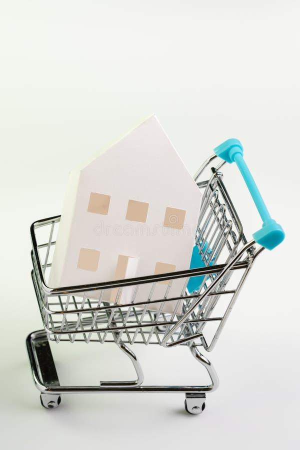 Köp- och försäljningshus, egenskapstillgång och efterfrågan eller fastighet som inhandlar begrepp, shoppingvagn eller spårvagn me royaltyfri bild