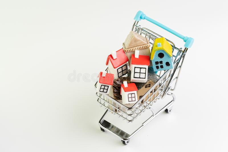 Köp- och försäljningshus, egenskapstillgång och efterfrågan på fastigheten som inhandlar begrepp, shoppingvagn eller spårvagn med royaltyfri fotografi