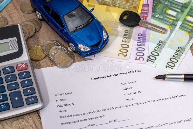 Köpa en bil med den euro-, penn-, räknemaskin- och leksakbilen fotografering för bildbyråer
