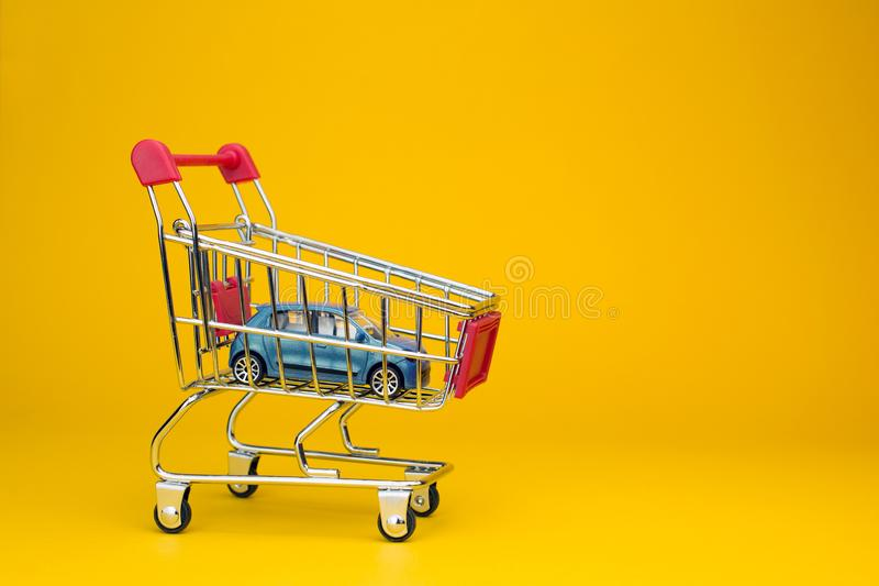 K?pa en ny bil och den uthyrnings- bilen royaltyfria bilder