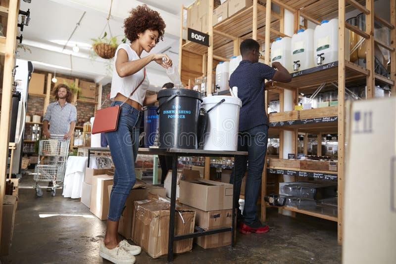 Köpa för shoppare som är hem-, och kroppprodukter i hållbar plast- fri livsmedelsbutik arkivbilder