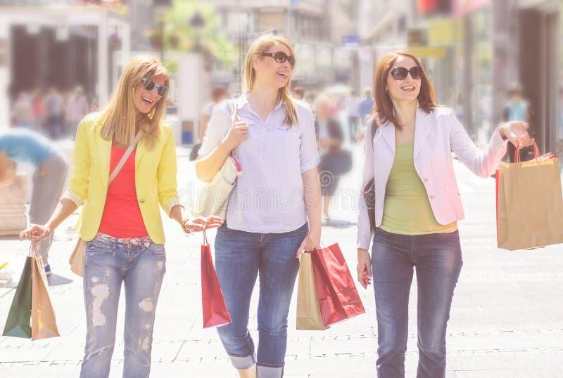 Köpa för vänner för shopping som kvinnligt är utomhus- arkivfoton
