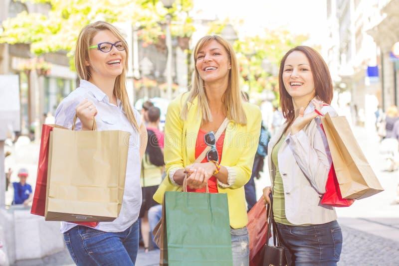 Köpa för vänner för shopping som kvinnligt är utomhus- arkivfoto