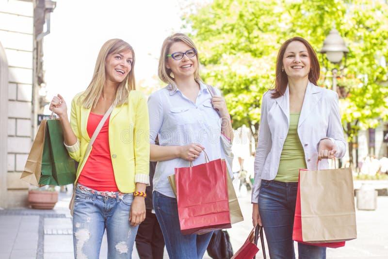 Köpa för vänner för shopping som kvinnligt är utomhus- arkivbilder