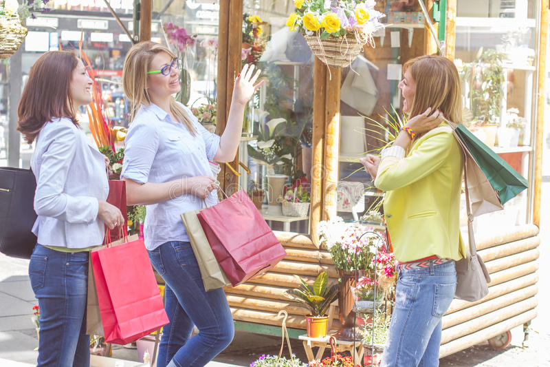 Köpa för vänner för shopping som kvinnligt är utomhus- arkivbild
