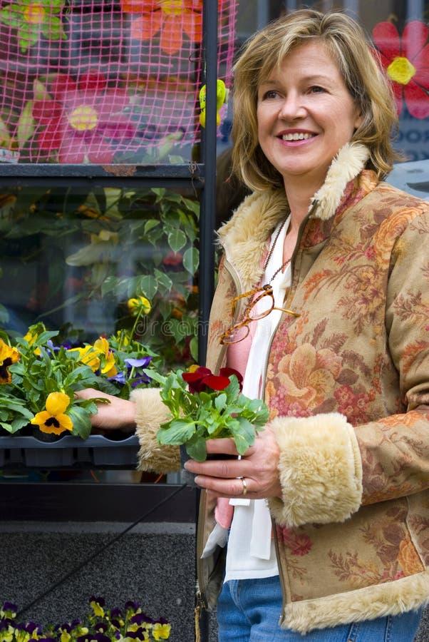 köpa femtio blommor kvinna fotografering för bildbyråer