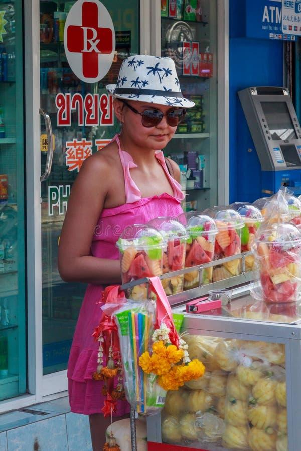 köpande fruktkvinna arkivbild