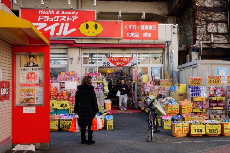 Köpande gods för folk på lagret i Yokohama, Japan royaltyfri fotografi