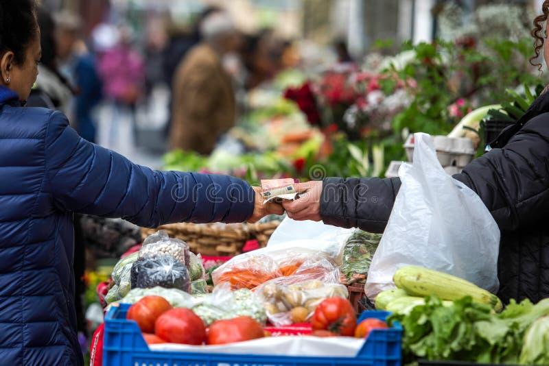Köpande i en traditionell fruktmarknad arkivbild