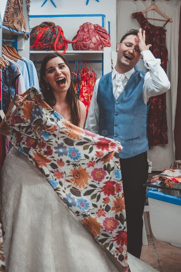 Köpande kläder för unga brölloppar i en boutique royaltyfri bild