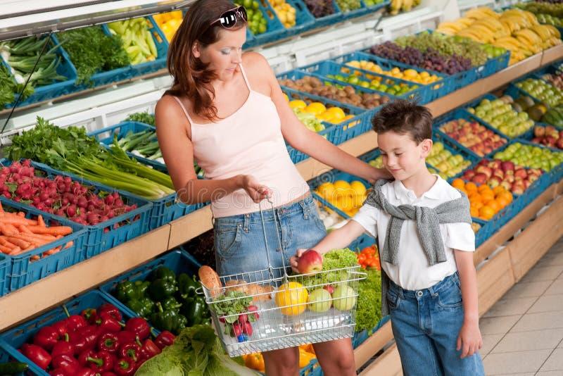köpande lager för moder för barnfruktlivsmedelsbutik arkivfoto
