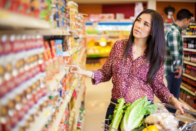 Köpandemat på supermarket royaltyfri bild