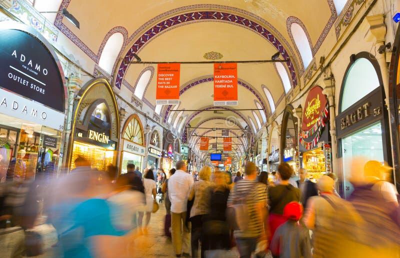 Köpare av turister på grandeen Bazare i Istanbul royaltyfri foto