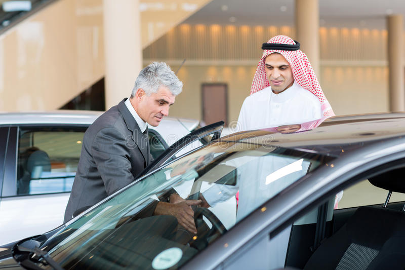 Köpare för arab för bilåterförsäljare royaltyfria bilder