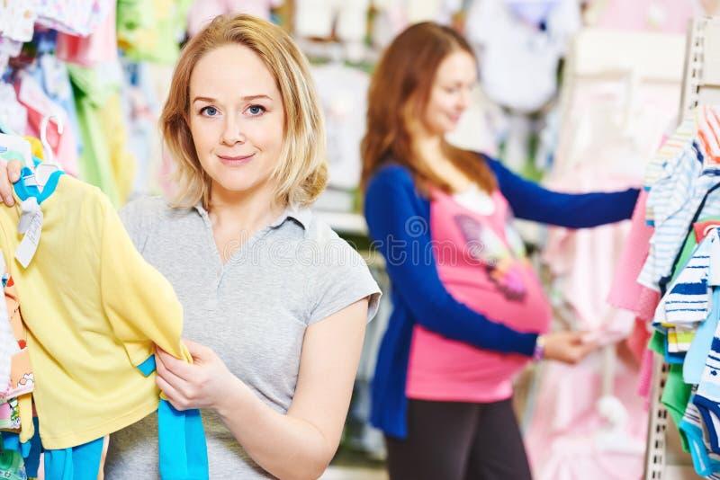 Köpare för ung kvinna som shoppar under havandeskap arkivbild