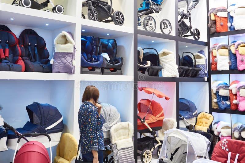 Köpare i lagret av barnvagnar arkivbilder