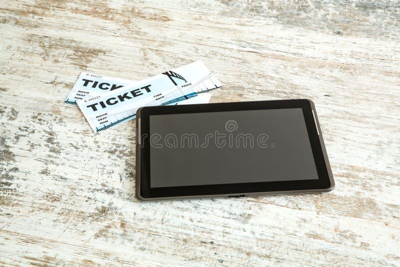 Köpbion etiketterar direktanslutet med en minnestavlaPC arkivbild