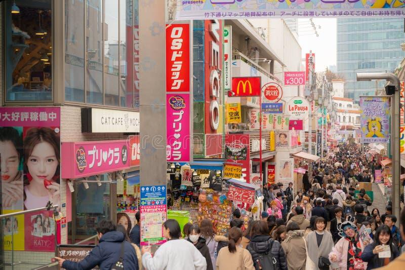 Köpcentrum för mode för Harajuku Takeshita gata Tokyo, Japan mycket berömd, underhållning, stångkafé och restaurang fotografering för bildbyråer