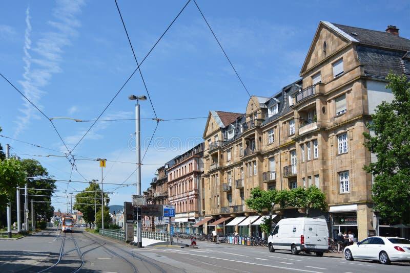Köpcentrum i gammal historisk byggnad som kallas 'Darmstadter Hof 'och spårvagnstänger och gata, sikt från fyrkant kallade 'Bisma arkivfoton