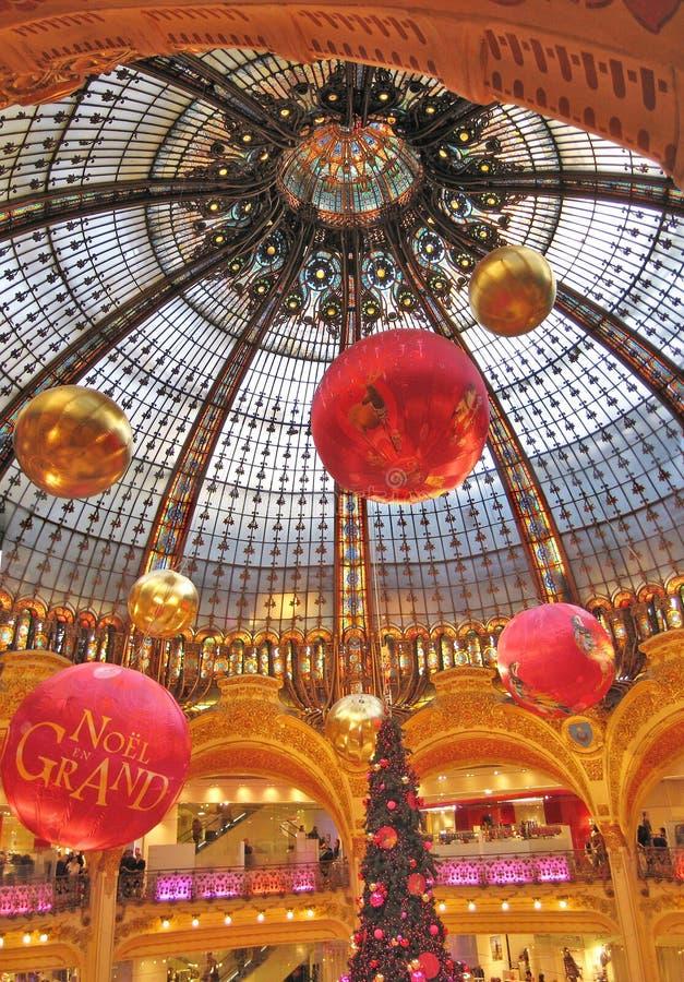 KöpcentrumLa Fayette, Paris på julhelgdagsafton royaltyfri bild