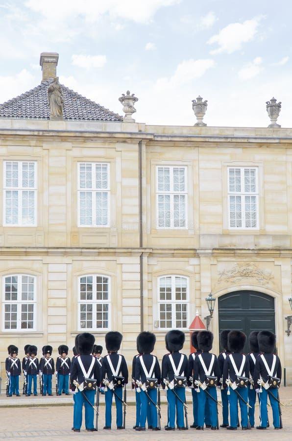 Köpenhamn Danmark - Augusti 25, 2014 - kunglig vakt i den Amalienborg slotten i Köpenhamn i Danmark royaltyfri foto