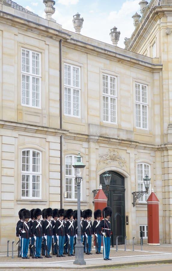 Köpenhamn Danmark - Augusti 25, 2014 - kunglig vakt i den Amalienborg slotten i Köpenhamn i Danmark arkivbilder