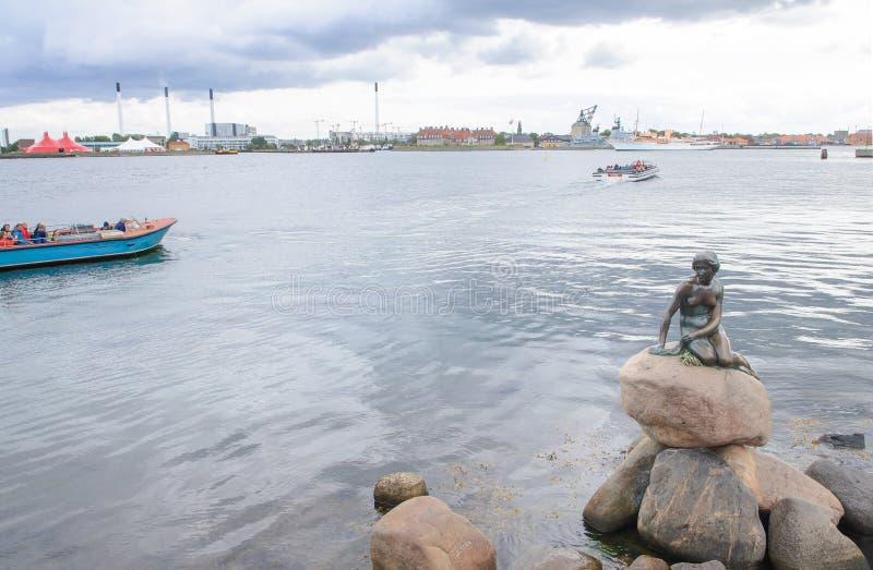 Köpenhamn Danmark - Augusti 25, liten för bronsstaty för sjöjungfru 2014-The monument av Edvard Eriksen Detta som visas på en vag arkivbilder