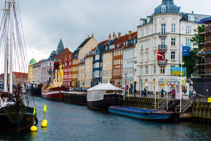 KÖPENHAMN DANMARK - AUGUSTI 24, 2015: Nyhavn veteranskepp och museumhamn som upptar det inre avsnittet av Nyhavn mellan net arkivfoto