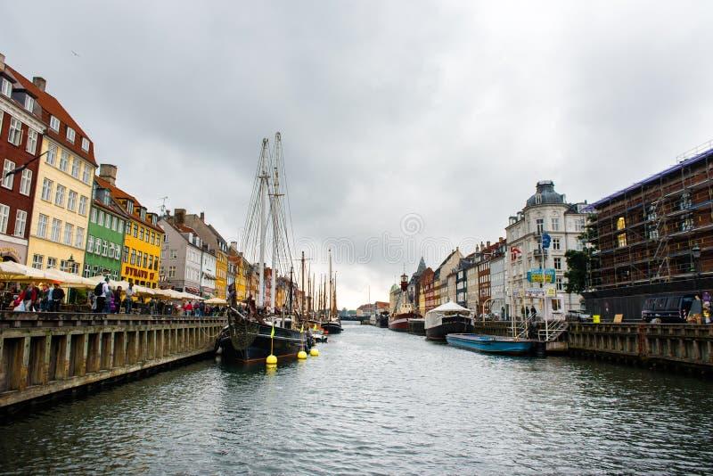 KÖPENHAMN DANMARK - AUGUSTI 24, 2015: Nyhavn veteranskepp och museumhamn som upptar det inre avsnittet av Nyhavn mellan net arkivfoton