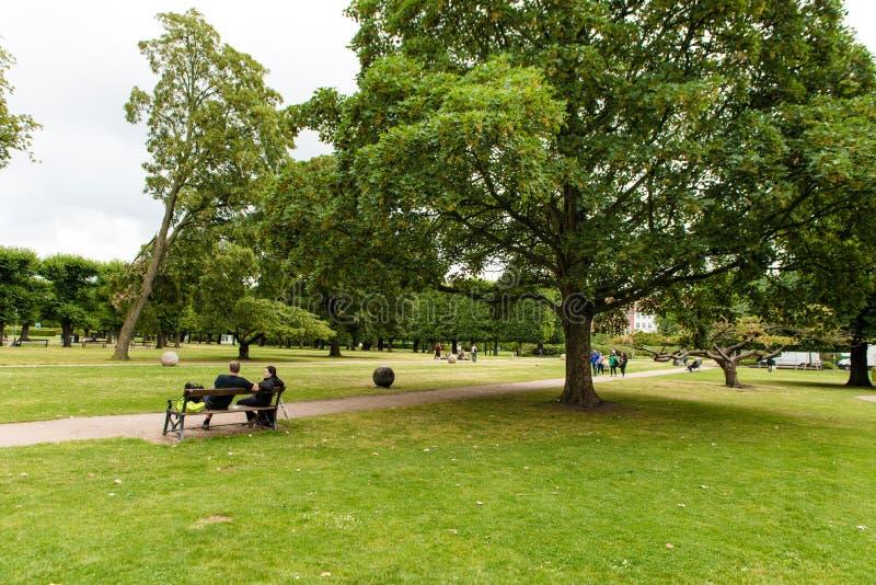 KÖPENHAMN DANMARK - AUGUSTI 25, 2015: Parkera i Köpenhamnen, Danmark royaltyfria foton