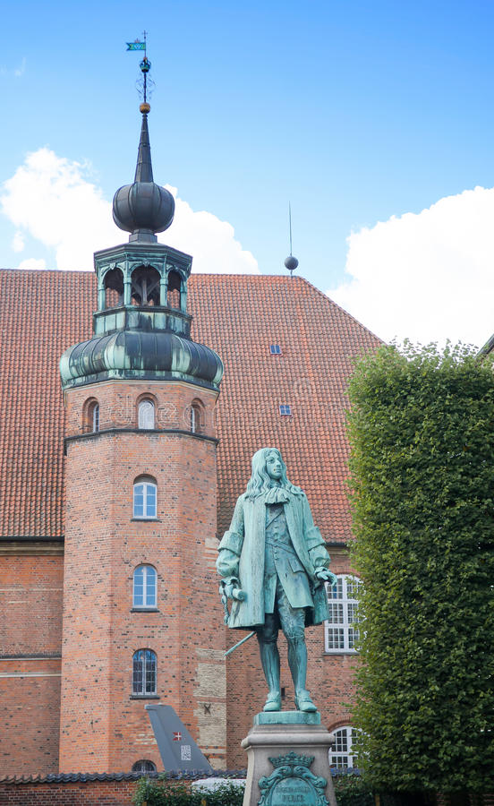 Köpenhamn Danmark - Augusti 25, 2014: Peder Griffenfeld Statue Griffenfeld var en dansk statsman På bakgrunden är Royaen arkivbild
